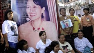 Supporters gather outside the headquarters of Ms Suu Kyi's NLD party in Rangoon (13 November 2010)