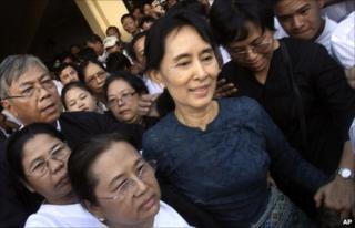 Aung San Suu Kyi walks among a crowd of her supporters in Rangoon (14 November 2010)