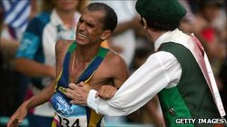 Vanderlei de Lima is pushed by former Irish priest Niall Horan 29 Aug 2004)