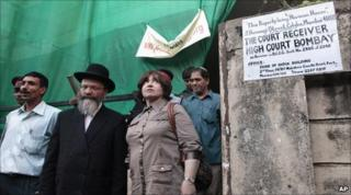Freida Holtzberg (right) and Rabbi Nachman Holtzberg (centre) - the parents of Rabbi Gavriel Holtzberg - at the Nariman House site