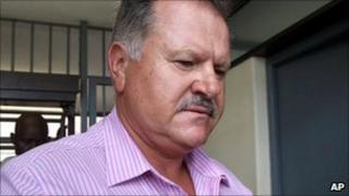 Glenn Agliotti leaves the Johannesburg Magistrates court after an appearance for the murder of Brett Kebble (File photo- Nov 2006)