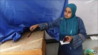 A woman votes in Alexandria, Egypt (28 Nov 2010)