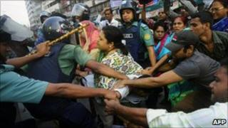 Police clash with demonstrators in Dhaka, Bangladesh (14 Nov 2010)