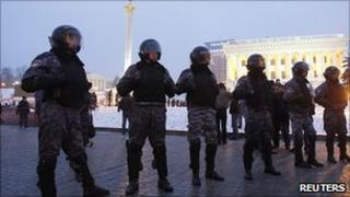 Police cordon in Kiev, 3 Dec 10
