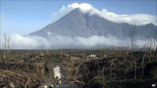 Smoke spews from Mount Merapi on 28 November 2010