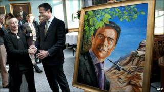 Anders Fogh Rasmussen shakes the hand of artist Simone Aaberg Kaern beside his portrait in parliament, 3 December
