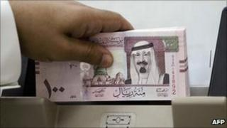 Saudi banker counts new riyal notes (2007)