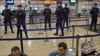 Spanish national police guard the security control entrance at Barajas Airport, Madrid (4 Dec 2010)