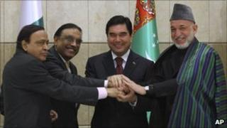From left to right: Indian energy minister Murli Deora, Pakistani President Asif Ali Zardari, Turkmen President Kurbanguly Berdymukhamedov and Afghan President Hamid Karzai shakes hands in Ashgabat, Turkmenistan, 11 December