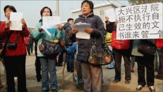Protesters outside Wu Yuren's trial