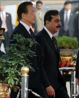 Chinese Premier Wen Jiabao (L) walks with Pakistani Prime Minister Yousuf Raza Gilani at the Pakistani military Chaklala airbase in Rawalpindi on December 17, 2010.