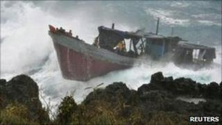 The refugee boat in rough seas off Christmas Island (15 Dec 2010)