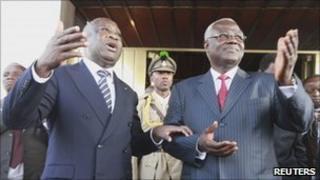 Ivorian incumbent President Laurent Gbagbo and Sierra Leone President Ernest Bai Koroma in Abidjan (28 Dec 2010)