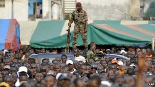 Ivorian soldier stands guard at Young Patriots rally, Abidjan (29 December 2010)