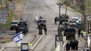 Israeli troops at the checkpoint near Nablus (8 Jan 2011)