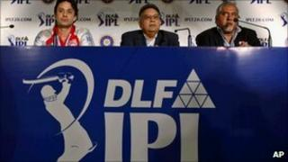 IPL Commissioner Chirayu Amin, centre, with team owners Ness Wadia, left, and Vijay Mallya at a press conference at the end of the player auction in Bangalore on 9 January 2011