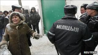 Prisoners' relatives outside Minsk detention centre, 20 Dec 10