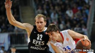 Efes Pilsen's Sinan Guler (L) and Alexey Shved of CSKA Moscow (18 Nov 2010)