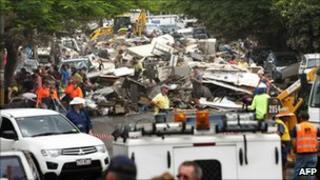 Volunteers clean up flood debris in Brisbane, Australia (16 Jan 2011)