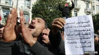 Police demand that the interim government resign in Tunis (22 January 2011)