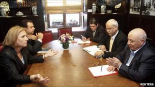 Israeli Foreign Minister Tzipi Livni (L) sits across from Ahmed Qurei (R) and chief Palestinian negotiator Saeb Erekat (2nd R) during their meeting in Jerusalem (27 May 2008)
