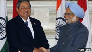 Indonesian President Susilo Bambang Yudhoyono (L) shakes hands with Indian Prime Minister Manmohan Singh (R)
