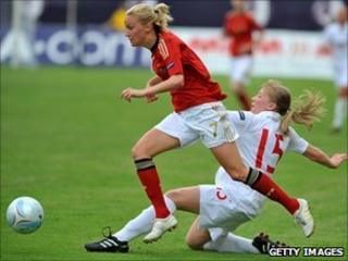 Turid Knaak and Samantha Chappell playing in the 2010 UEFA Women's England Under-19 Championship