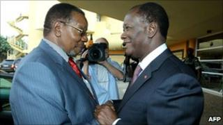 Ivory Coast's internationally recognised leader Alassane Ouattara (right), shakes hands with African Union chief and Malawian President Bingu wa Mutharika (left) on 25 January 2011 in Abidjan, Ivory Coast