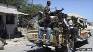 Somali troops patrol in Mogadishu (19 Jan 2011)