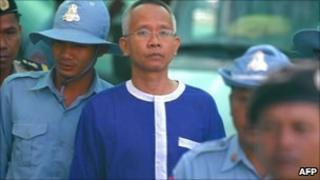 Veera Somkwamkid arrives at court in Phnom Penh, Cambodia (1 Feb 2011)