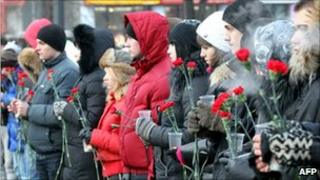 People commemorate the victims of the bombing in Moscow (27 Jan 2011)