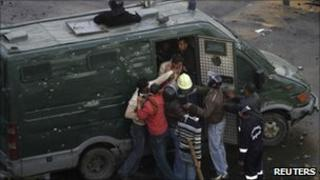 Plain clothes police officers detain protesters in Suez, Egypt (27 Jan 2011)