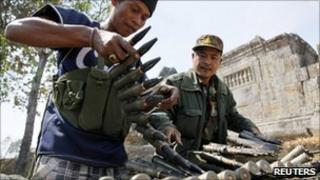 Cambodian soldiers load munitions at Preah Vihear temple (5 Feb 2011)