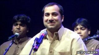 Rahat Fateh Ali Khan (centre) at a performance in 2001