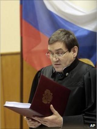 Judge Viktor Danilkin reading out his verdict in a Moscow court, 27 December 2010