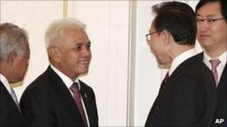 South Korean President Lee Myung-bak, second from right, with chief Indonesian delegate Hatta Rajasa, Seoul, South Korea, 16 Feb 2011