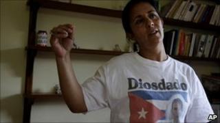 Alejandra Garcia, wife of jailed Cuban dissident Diosdado Gonzalez, wearing a T-shirt demanding his release.