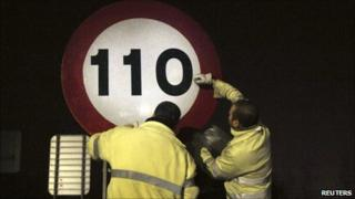 Highway workers reduce the speed limit near Bilbao (7 Mar 2011)