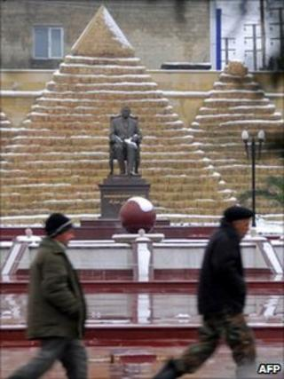 Workers pass a statue of deposed Egyptian leader Hosni Mubarak in Khirdalan, near the Azerbaijani capital Baku, February 2011