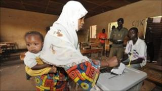 A Nigerian with her baby votes on March 12, 2011 in Niamey