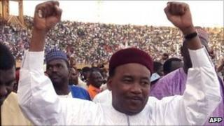 Nigerois opposition leader Mahamadou Issoufou on the campaign trail