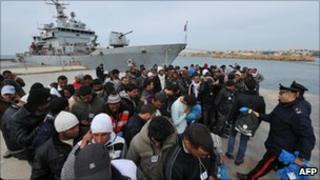 Tunisian migrants on Lampedusa (15 March 2011)