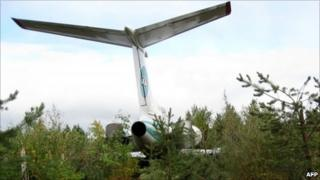 The tail of the Tupolev 154M stands in forest near Izhma airfield, 8 September 2010