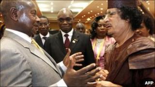 Uganda's Yoweri Museveni (l) and Libya's Col Muammar Gaddafi (r)