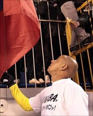 Fan waving banana at Roberto Carlos