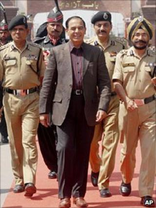 Pakistan's Interior Secretary Qamar-uz-Zaman Chaudhry arrives in India on 27 March 2011
