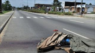 The body of a man killed in fighting in Abidjan on Tuesday 5 April 2011