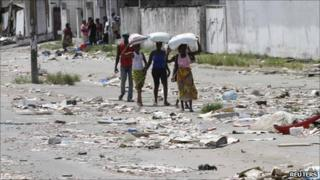 People through an Abidjan street with bags on their heads, April 7 2011