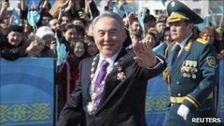 Kazakh President Nursultan Nazarbayev waves to crowds on way to his inauguration ceremony in Astana, April, 8, 2011