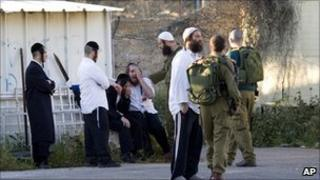 Jewish worshippers grieve near Nablus, 24 April 2011
